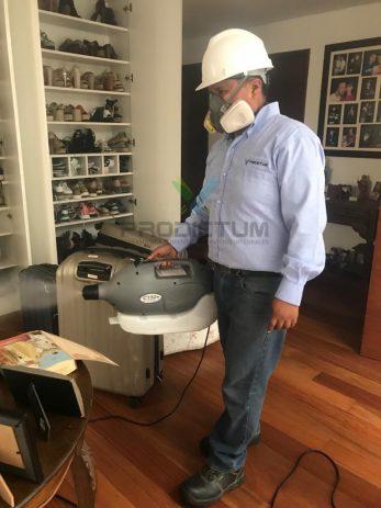personal realizando desinfeccion de una habitacion de casa
