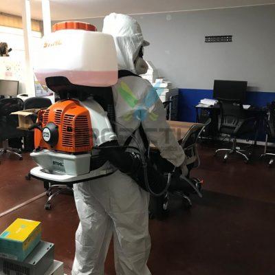 personal realizando desinfeccion de virus