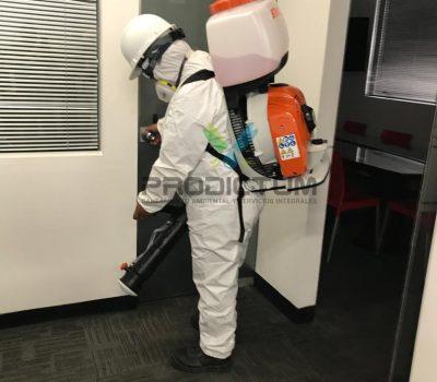 personal realizando desinfeccion de virus covid-19