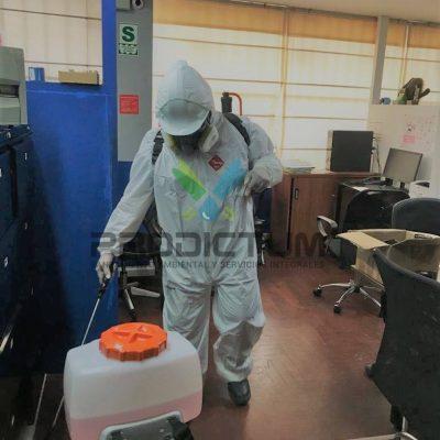personal realizando fumigación en una empresa de recintos de seguridad