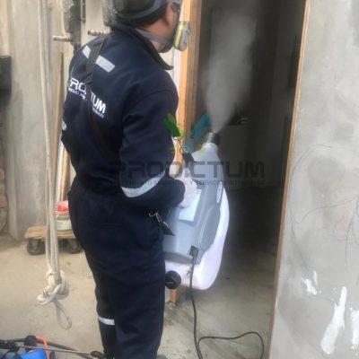 personal realizando fumigacion de insectos en almacen