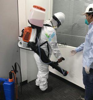 personal realizando fumigacion de oficina