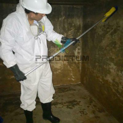 personal realizando limpieza de la cisternas de agua