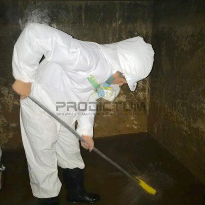 personal realizando limpieza de una cisterna de agua