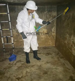personal realizando limpieza de tanques de agua